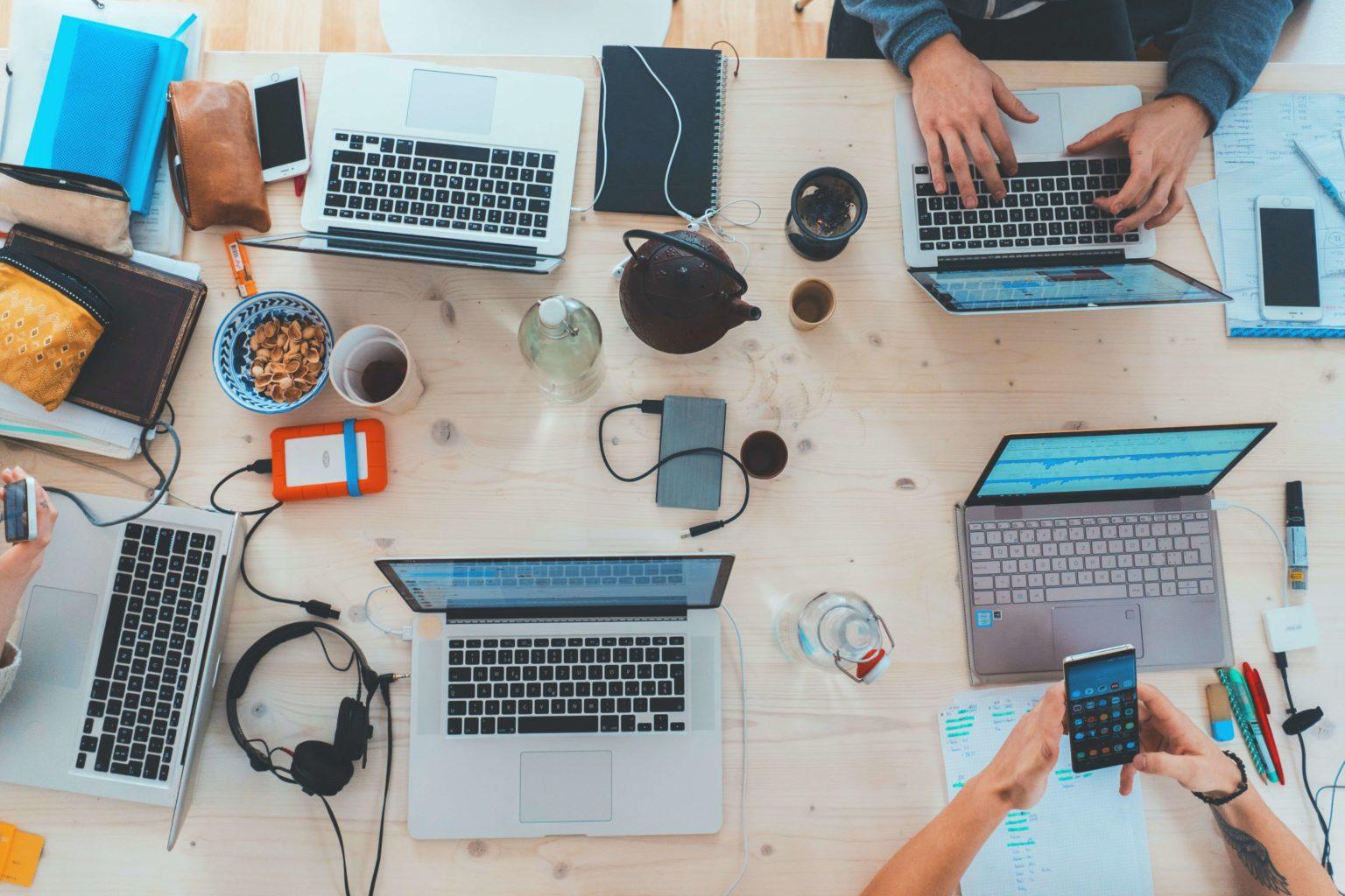 Arbeitsplatz mit Macbooks
